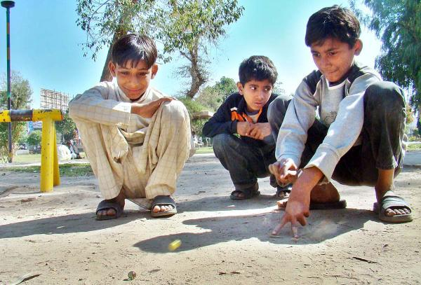 Pakistani_Kids_Playing_with_Glass_Balls.jpg
